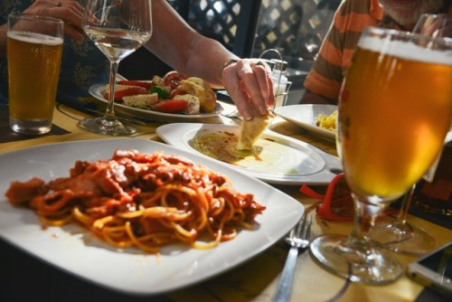 Delicious  dinner, lunch  meal,  noodles,  pasta  people,  restaurant,  spaghetti,  tasty  yummy,beer  bread.